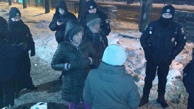 Патрульні затримали чотирьох львів'ян під час крадіжки тротуарної плитки