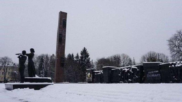 Підрядник відмовився демонтувати 30-метрову стелу Монументу слави у Львові