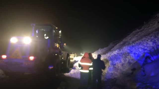 У Закарпатській області снігова лавина заблокувала трасу