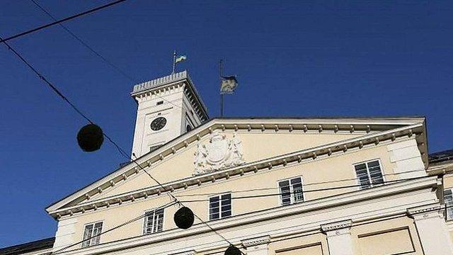 На львівській ратуші приспустили прапор міста на знак скорботи за мером Ґданська