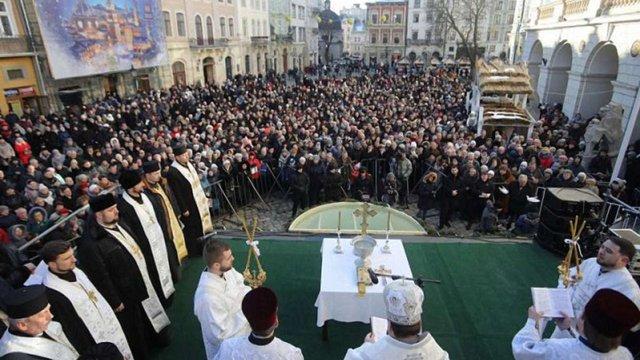 У центрі Львова духовенство різних християнських конфесій освятило воду
