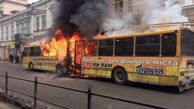У Тернополі через коротке замикання під час руху загорівся тролейбус