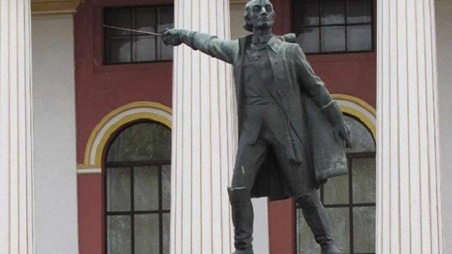 З подвір'я київського ліцею імені Богуна демонтували пам'ятник Суворову