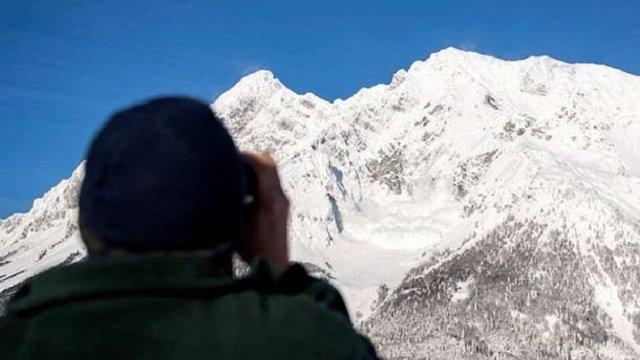 На Закарпатті снігова лавина накрила групу туристів, один загиблий