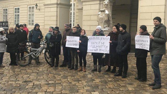 На пікет проти підняття вартості проїзду у маршрутках вийшли лише 20 львів'ян