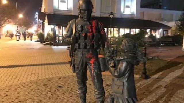 В окупованому Сімферополі облили фарбою пам'ятник «зеленим чоловічкам»