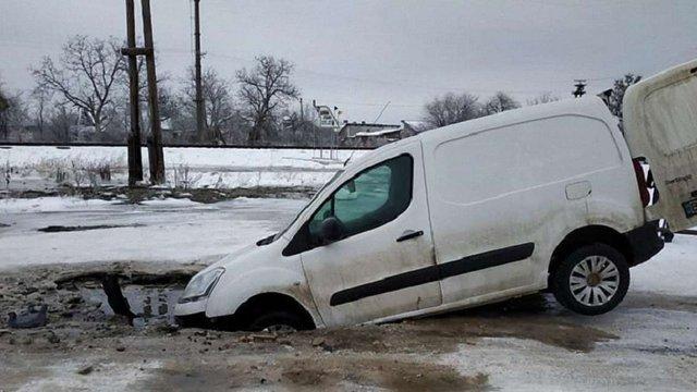 У районному центрі на Львівщині під автомобілем провалилася дорога