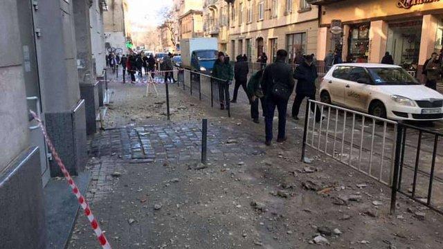 Ліпнина з будинку травмувала пішохода в центрі Львова