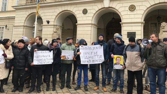 На пікет проти підняття вартості проїзду у маршрутках прийшли близько 40 львів'ян