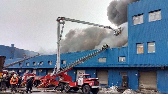 Масштабна пожежа виникла у складських приміщеннях у Києві