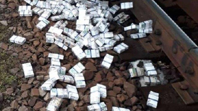 На кордоні з Польщею у вантажному потягу із залізною рудою виявили контрабанду сигарет