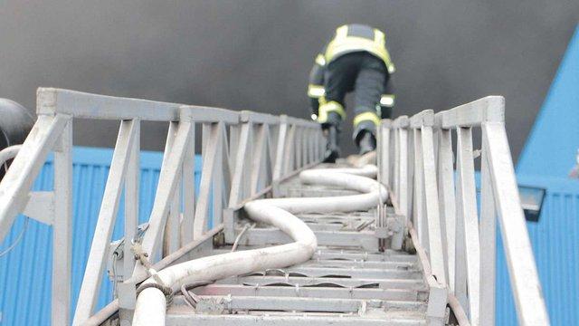 Рятувальники локалізували масштабну пожежу складських приміщень у Києві