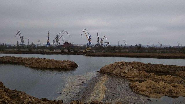 В Криму окупанти знищили частину дамби сховища токсичних відходів