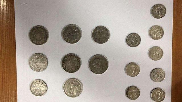 Українець намагався вивезти до Польщі срібні монети та давню книгу