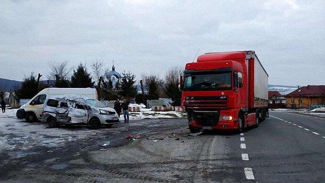 Унаслідок зіткнення з вантажівкою на Львівщині загинула пасажирка буса та травмувалася дитина