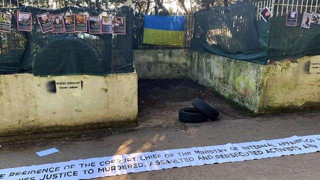В Італії активісти під час акції протесту обмалювали паркан вілли Арсена Авакова