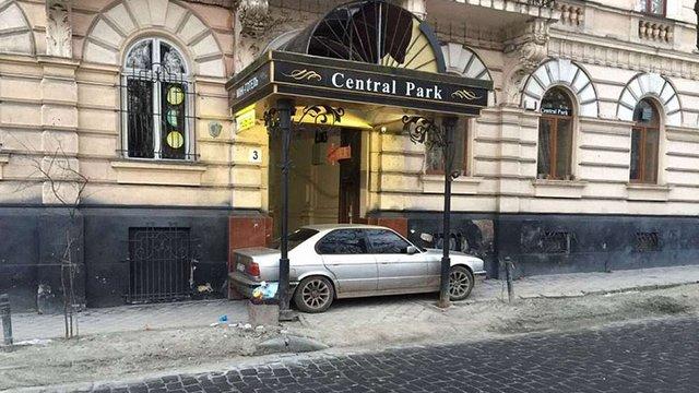 Патрульні оштрафували водія, який заблокував виїзд з будинку у центрі Львова