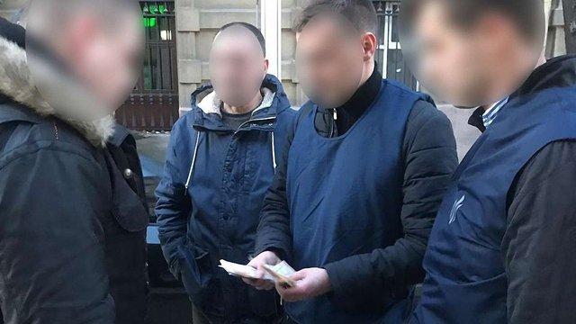 У Львові посеред вулиці на хабарі затримали співробітника міграційної служби