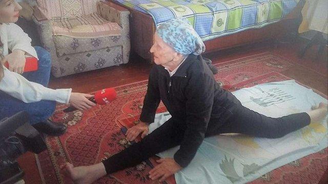 На Львівщині пенсіонерка встановила рекорд України, сівши на шпагат у 93 роки