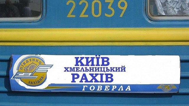 Невідомий жбурнув камінь у вікно потяга Київ – Рахів під час руху