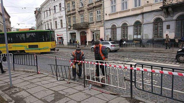 У центрі Львова закрили й одразу відкрили пішохідний перехід