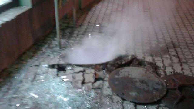 У центрі Львова стався вибух у каналізаційному колодязі