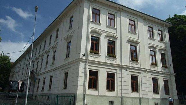 Підрядник власним коштом відремонтує паркан школи у центрі Львова