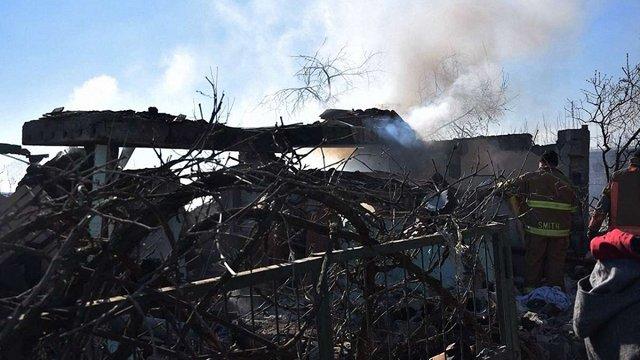 На Донбасі російські найманці зруйнували житловий будинок і поранили 3 бійців ООС