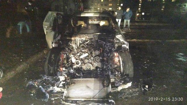 Пожежники у Червонограді загасили автомобіль, причини загоряння встановлюють