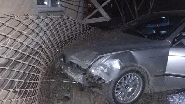 У Винниках п'яний водій BMW на іноземній реєстрації зніс огорожу приватного будинку