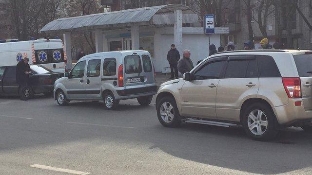 У Львові водій, який хотів допомогти літній жінці, що впала на дорозі, сам потрапив у ДТП