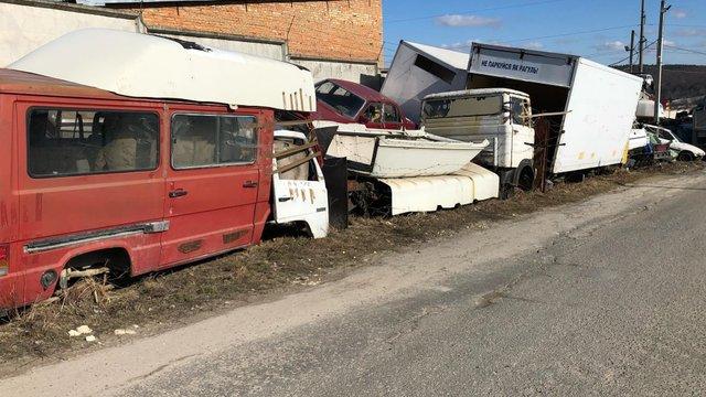 Мешканці села на Львівщині скаржаться на масштабне автомобільне звалище