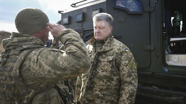 Порошенко доручив підвищити з 1 квітня доплати для військових на передовій