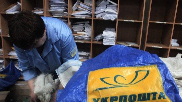 «Укрпошта» готова доплачувати листоношам в селах, якщо місцева влада завантажить їх роботою