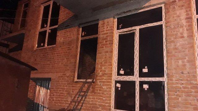 У Львові виникла пожежа в незаконній новобудові