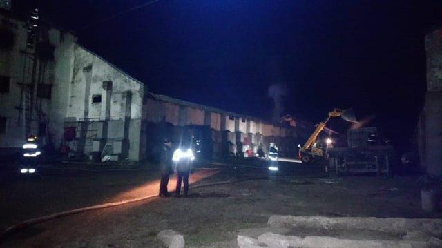 На Львівщині вогнеборці ліквідували пожежу на території комбікормового заводу
