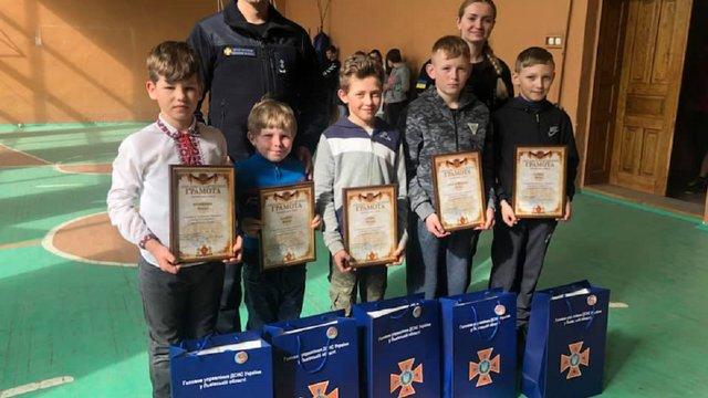 На Львівщині рятувальники нагородили п'ятьох школярів, які самотужки погасили пожежу сухої трави