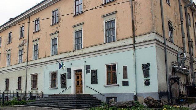 У Львові 28-річна аспірантка вистрибнула з вікна університету