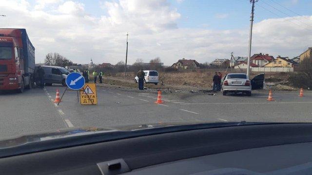 У ДТП поблизу Львова потрапили вантажівка та три легковики