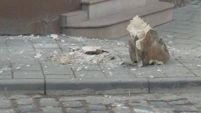 З балкона на вул. Замарстинівській у Львові обвалилася кам'яна брила