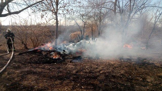 Палій сухої трави у Мостиськах випадково спалив господарську будівлю свого сусіда