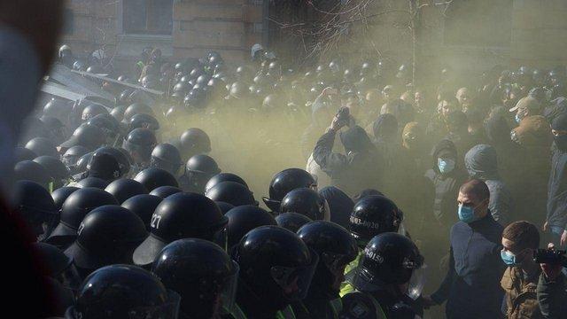 Біля Адміністрації Президента сталися сутички між активістами «Нацкорпусу» та поліцією