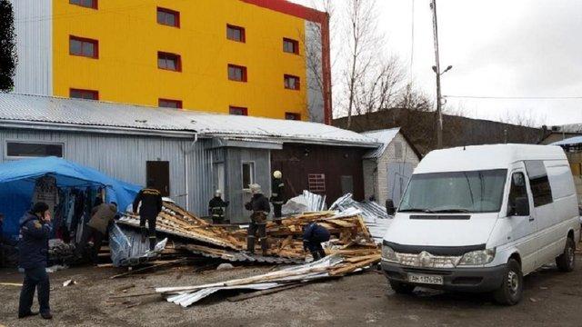 На Житомирщині під час буревію покрівля з супермаркету на смерть придавила жінку
