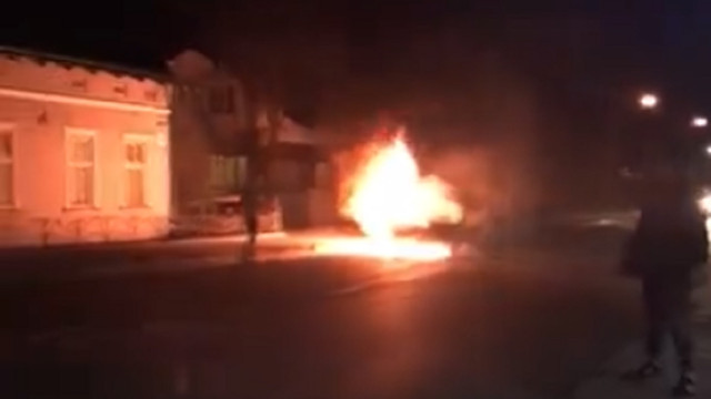 Внаслідок ДТП у Львові згорів автомобіль ВАЗ 2107
