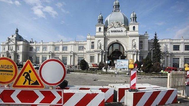 На пл. Двірцевій закривають автостанцію: кінцеві зупинки маршрутів перенесуть