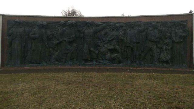 Невідомі вандали відпиляли пальці і носи на барельєфі Монументу Слави у Рівному