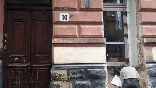 Львів'янина зобов'яжуть відновити зруйнований фасад будинку в центрі міста