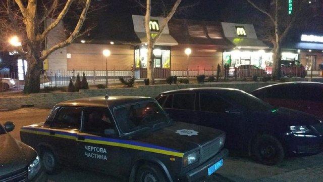 У Миколаєві сварка через чергу до McDonald's закінчилась стріляниною