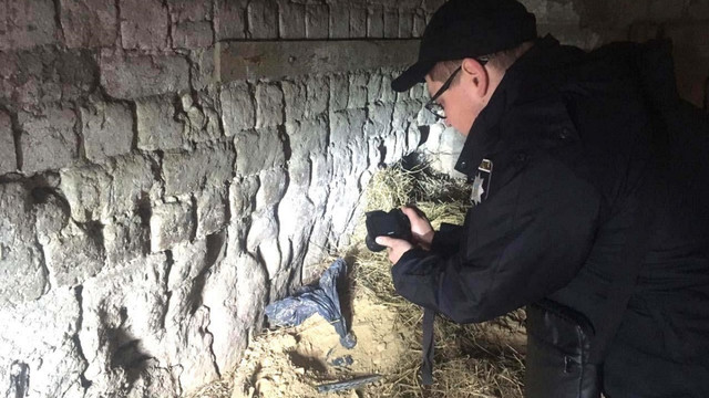 У селі неподалік Рівного знайшли схованку з гранатометом та 15 гранатами