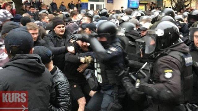 «Нацкорпус» побився з поліцією на мітингу Порошенка в Івано-Франківську